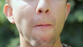 Primo piano della bocca maschio che mangia il gelato stock footage