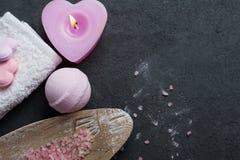 Primo piano della bomba del bagno con la candela accesa rosa Fotografia Stock