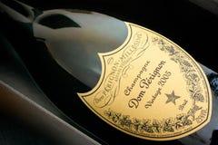 Primo piano della bottiglia di Champagne Dom Perignon Vintage 2005 in suo immagini stock libere da diritti