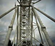 Primo piano della cabina della ruota panoramica contro il chiaro cielo Fotografie Stock Libere da Diritti
