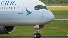 Primo piano della cabina di pilotaggio di Airbus A350 video d archivio