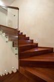 Primo piano della casa del travertino delle scale di legno e di vetro fotografie stock libere da diritti
