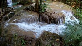 Primo piano della cascata di Erawan, parco nazionale di Erawan in Kanchanaburi, Tailandia dal fish-eye stock footage