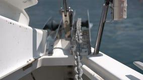 Primo piano della catena d'ancoraggio di un yacht archivi video