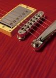 Primo piano della chitarra elettrica rossa fotografia stock libera da diritti