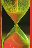 Primo piano della clessidra in verde ed in rosso Immagine Stock