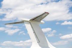 Primo piano della coda dell'aeroplano Parte degli aerei contro cielo blu con il fondo delle nuvole Copyspace immagini stock libere da diritti