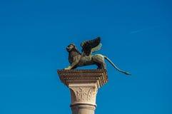 Primo piano della colonna con il leone alato in piazza San Marco a Venezia fotografia stock libera da diritti