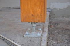 Primo piano della colonna o della colonna di legno sul cantiere della nuova casa con la vite fotografie stock libere da diritti