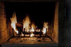 Primo piano della combustione della legna da ardere in fuoco fotografia stock