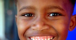 Primo piano della condizione afroamericana felice dello scolaro in corridoio 4k della scuola stock footage