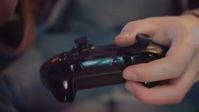 Primo piano della console del gioco nelle mani della risoluzione del giocatore 4K video d archivio