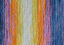 Primo piano della copertura variopinta tricottata Immagini Stock