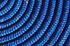 Primo piano della corda blu arrotolata Immagini Stock Libere da Diritti