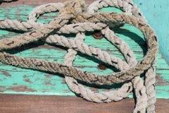 Primo piano della corda sulla piattaforma della nave dell'alzavola immagini stock libere da diritti