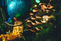 Primo piano della decorazione di Natale del nuovo anno Palla di Natale, cono, Ch fotografie stock
