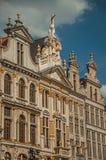 Primo piano della decorazione ricca ed elegante sui monumenti storici a Grand Place di Bruxelles immagine stock