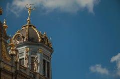Primo piano della decorazione ricca ed elegante sui monumenti storici a Grand Place di Bruxelles fotografia stock
