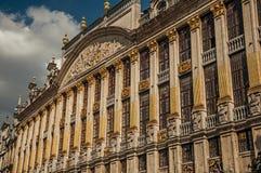 Primo piano della decorazione ricca ed elegante sui monumenti storici a Grand Place di Bruxelles fotografie stock libere da diritti