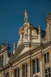 Primo piano della decorazione ricca ed elegante sui monumenti storici a Grand Place di Bruxelles immagine stock libera da diritti