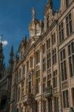 Primo piano della decorazione ricca ed elegante sui monumenti storici a Grand Place di Bruxelles fotografie stock