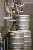 Primo piano della distilleria e del barile fotografia stock libera da diritti