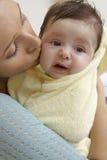 Primo piano della donna che bacia bambino fotografie stock libere da diritti