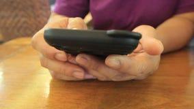 Primo piano della donna che gioca sul telefono cellulare archivi video