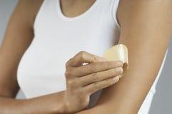 Primo piano della donna che mette la toppa del nicotina sul braccio immagini stock libere da diritti