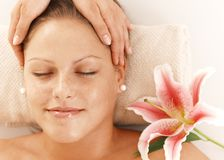 Primo piano della donna che ottiene massaggio capo Fotografie Stock