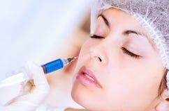Primo piano della donna che riceve iniezione cosmetica Fotografia Stock Libera da Diritti