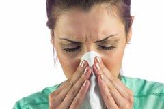 Primo piano della donna che soffre dal freddo con il tessuto sulla bocca Fotografia Stock Libera da Diritti