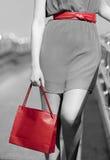 Primo piano della donna con il sacchetto della spesa e la cinghia rossi Fotografie Stock Libere da Diritti