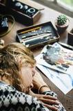 Primo piano della donna dell'artista che prende un pelo sulla tavola di lavoro Fotografia Stock Libera da Diritti