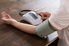 Primo piano della donna di affari Measuring Blood Pressure fotografie stock
