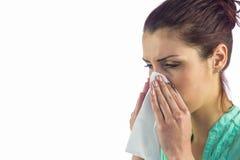 Primo piano della donna di starnuto con il tessuto sulla bocca Fotografia Stock Libera da Diritti