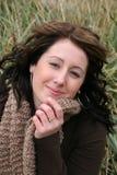 Primo piano della donna in erba fotografia stock