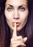 Primo piano della donna graziosa che fa gesto silenzioso Immagini Stock Libere da Diritti