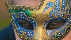 Primo piano della donna nello sbattere le palpebre della maschera stock footage