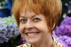Primo piano della donna pensionata con capelli rossi Immagine Stock Libera da Diritti