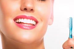 Primo piano della donna sorridente con i denti bianchi perfetti Fotografia Stock