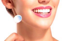 Primo piano della donna sorridente con i denti bianchi perfetti Immagini Stock