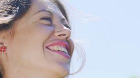 Primo piano della donna sorridente in 30s con le grinze, angolo basso di bello sorriso lento video d archivio