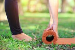 Primo piano della donna tenere la stuoia di yoga affinch? meditare si rilassino in natura, concetto sano di stile di vita fotografie stock libere da diritti