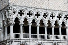 Primo piano della facciata bianca dei trafori del palazzo ducale a Venezia, Italia Immagini Stock