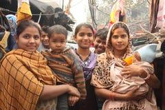 Primo piano della famiglia urbana povera dell'India di bassifondi Immagini Stock Libere da Diritti