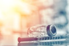Primo piano della fiala o influenza della medicina, bottiglia del vaccino contro il morbillo con la siringa ed ago per immunizzaz immagine stock libera da diritti