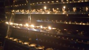 Primo piano della fiamma di candela Molte candele in un tempio buddista Religi Fotografie Stock Libere da Diritti