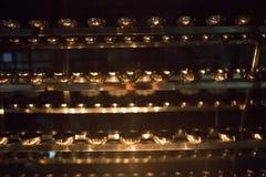 Primo piano della fiamma di candela Molte candele in un tempio buddista Religi Fotografia Stock