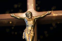 Primo piano della figura di Gesù su un incrocio di legno fotografia stock